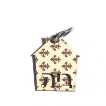 מחזיק מפתחות בדוגמת תלתן חום על רקע שמנת עם כיתוב בית