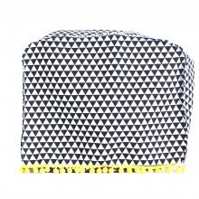 כיסוי למיקסר בעיצוב משולשים שחור לבן מלוכלך עם פונפונים צהובים