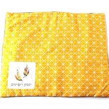 כיסוי מעוצב לפלטת שבת צהוב עם צורות סימטריות