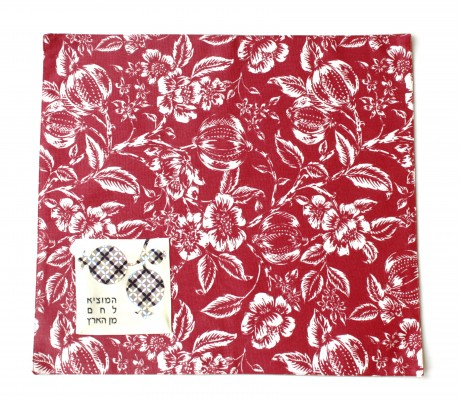 כיסוי מעוצב לחלות שבת בעיצוב פרחים לבנים על רקע אדום בורדו